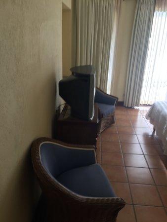 Reserva Conchal Beach Resort, Golf & Spa: sillones viejos y sucios, tv vieja de cajon