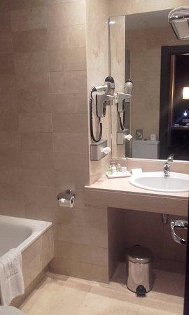 NH Barcelona Eixample: Baño