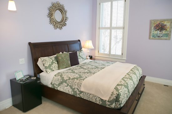 Rocheport, MO: Poetry-corner room with King bed, fireplace, private bath with shower
