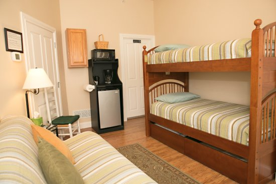 Rocheport, MO: Dorm House: North room with bunkbeds, futon sofa/bed, private full bath. For budget cyclists.