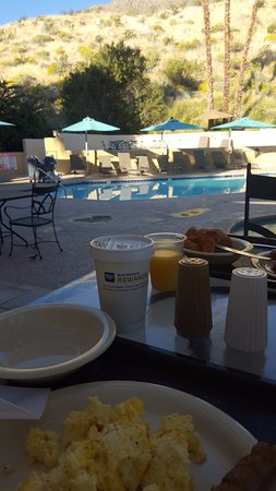 Best Western Inn at Palm Springs: Breakfast by the pool.