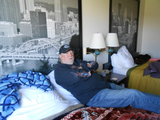 Canonsburg, Pensilvania: my husband lounging watching TV. comfortable beds.