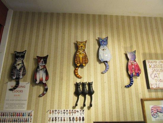 Smoky Mountain Cat House : Wagging tail kitty clocks