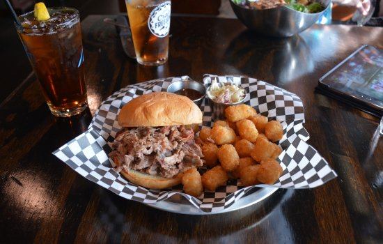Cornelius, Carolina del Norte: Eastern NC BBQ with Tater Tots