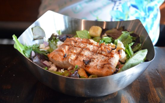 Cornelius, Caroline du Nord : Grilled Chicken Salad with Grilled Salmon Substitute