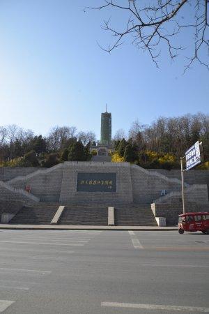Korean War Memorial: 道路の反対側から撮影。階段を登っていく必要があることが分かる。