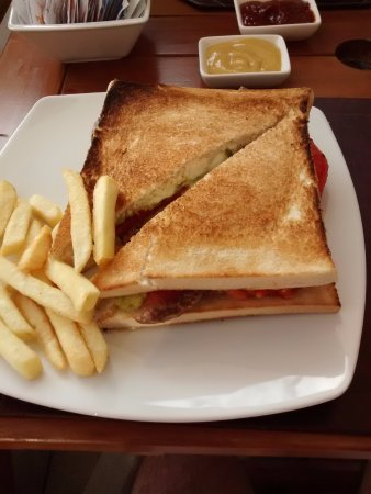 Curacavi, Chile: Meat sandwich and chips