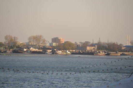 Dandong, China: 船は停泊しているのだが、動きはなし。