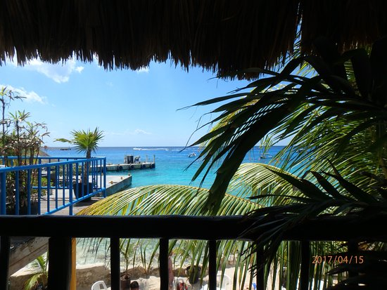 Tikila Bar: sitting on the deck looking out to the ocean