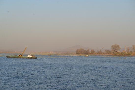 Dandong, China: 鴨緑江東側を撮影。中州らしいが、その先にも建物が見当たらない。
