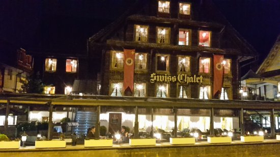 Merlischachen, Switzerland: Swiss Chalets Lodge am Abend