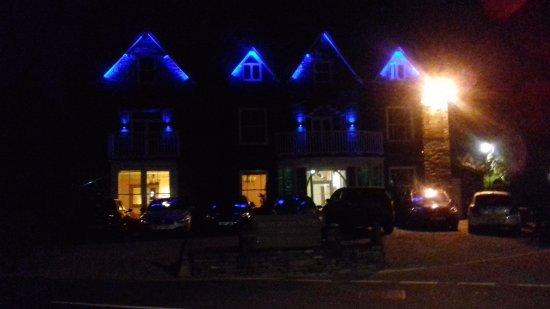 Moss Grove Organic: Hotel at night