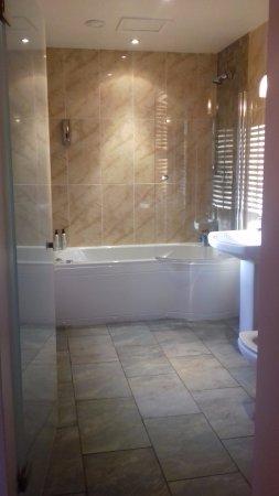 Moss Grove Organic: Bathroom with jacuzzi bath