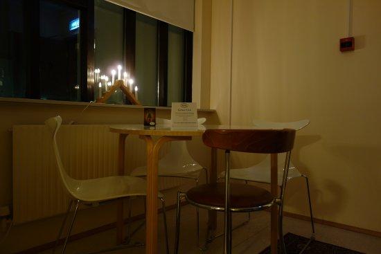 Guesthouse Sunna: 共同キッチンのテーブルとイス