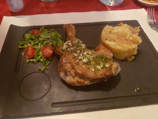 Poissy, França: Cosy et chic. Confit de canard et son gratin de pomme de terre.