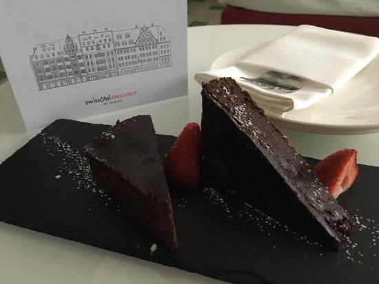 Hyperion Hotel Dresden: Bolo e cartão de aniversário!