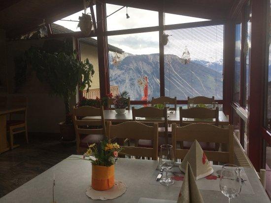 Albinen, Schweiz: Blick auf die sonnigen Walliser Alpen