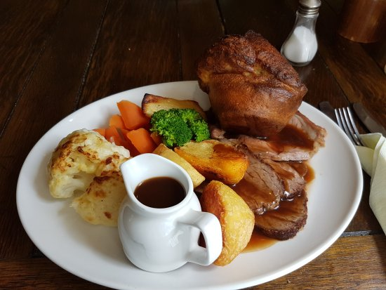 Redlynch, UK: Fabulous roasts, top quality beef and brief, hazelnut, mushroom and cranberry wellington.