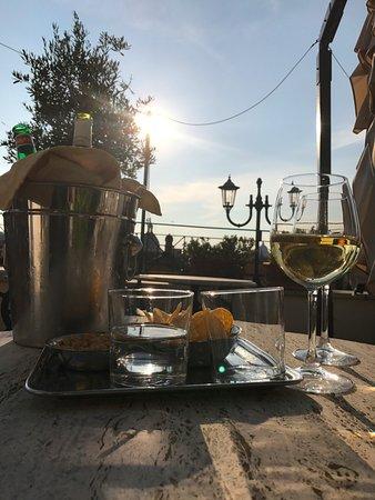 Albergo del Senato: Enjoying wine on the rooftop bar