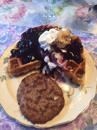 Parkview Bed and Breakfast: Belgian waffle with homemade blueberry syrup.