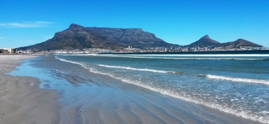 Fish Hoek, Sydafrika: The iconic Table Mountain range seen from the West Coast near Blouberg .