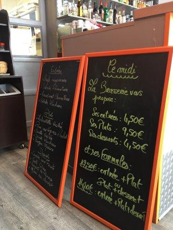 Periers, Francia: menus présentés à chaque table