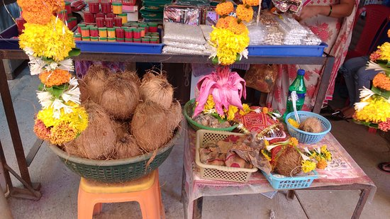 Dahanu, Индия: Shops outside the temple