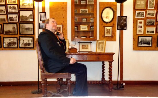 Cere La Ronde, France: le comte tente de téléphoner à son suzerain