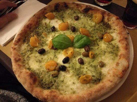 Calalzo di Cadore, إيطاليا: Fior di latte, pesto di basilico e pomodorini gialli del Vesuvio