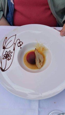 Brides-les-Bains, France: Oeuf en chocolat sur nid de poire