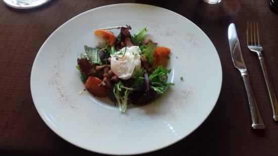 Bracieux, France: Une entrée très bien présentée et très bonne, salade de lardons et oeuf poché