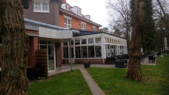 Ommen, Países Bajos: zicht op restaurant en terras