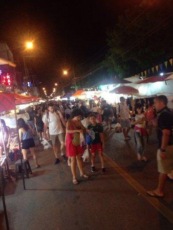 Sunday Night Market Walking Street - Tha Pae Gate : photo0.jpg