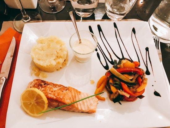 Donzère, France : Amuse bouche de carpacio, Fois gras, salade de la mer et saumon