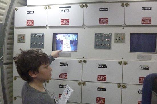 Cosmodome: Petit-Fils dans l'espace qui exécute une expérience avec son Log Book
