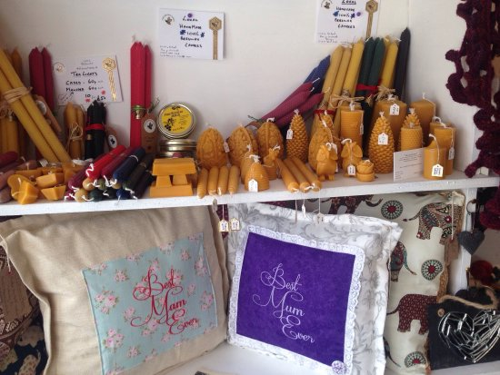 Llanrhaeadr ym Mochnant, UK: So much choice in this awesome shop!