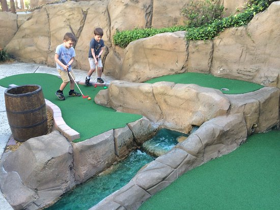 Pirate's Island Adventure Golf : Unique course challenge
