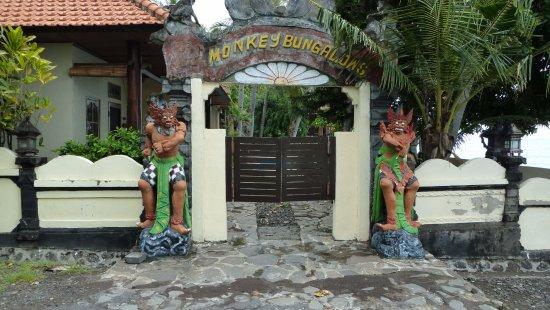 Kubu, Indonesien: Monkey Bungalows - entrance