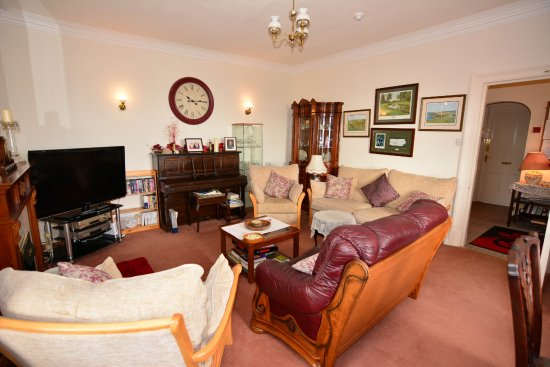Viewbank Guest House: Our cosy guest lounge with large LCD TV, DVDs, Books, Board and Video Games