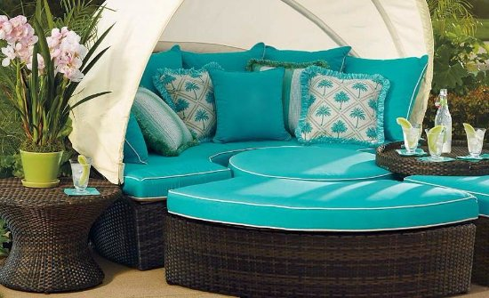 Cayucos, CA: Canopied daybeds available in most ocean view suites!