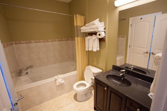 Days Inn Surrey: Jetted Tub and Bathroom
