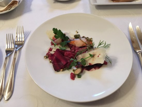 Dikli, Lettonie : Tartar of ox, red onion jam, salted vegetables, pomegranate juice sauce, sheep cheese