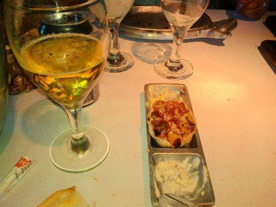 Cipolletti, Argentina: -Buen detalle- Entrada de cortesía: ajo asado, mantequilla saborizada, queso crema y tostadas.