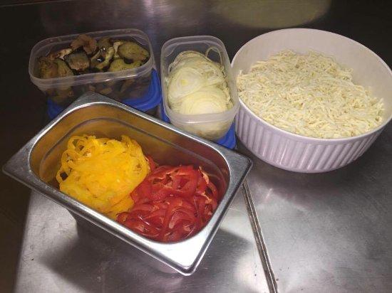 Puos d'Alpago, Italy: ingredienti base melanzane cipolla peperoni mozzarella per la vostra caponata