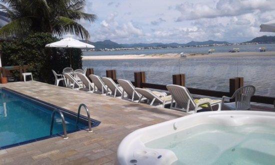 Costa Norte Ponta Das Canas Hotel Florianopolis: zona de piscina con vista al mar