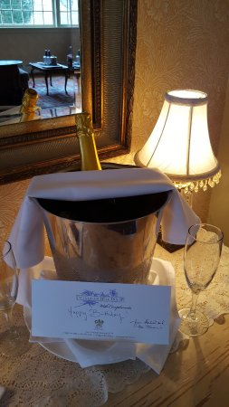West Townshend, VT: I was surprised by a chilled bottle of champagne on our visit for my birthday!