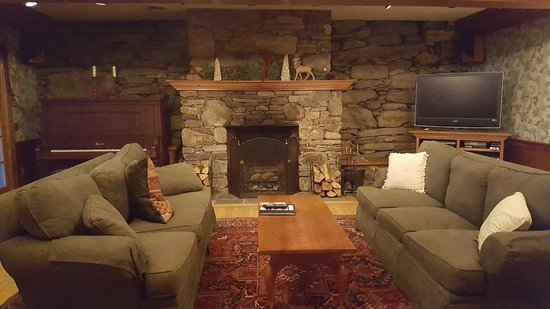 West Townshend, VT: Barn basement activity room--so cozy and tasteful!