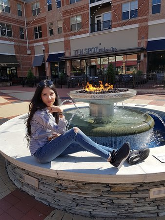 Leesburg, VA: So relaxing - daughter enjoying the fire and water