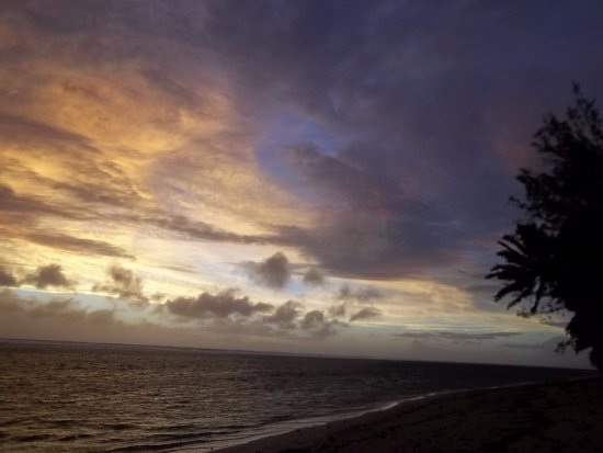 Lagoon Breeze Villas: Sunset from the beach on the other side of the road