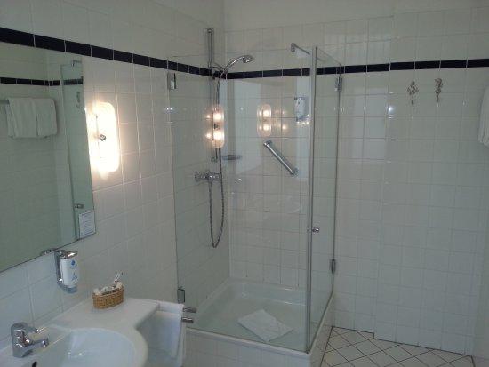 kleines doppelzimmer im 4 stockwerk bild von hotel. Black Bedroom Furniture Sets. Home Design Ideas